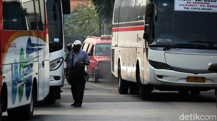 Terminal bayangan di Pasar Rebo, Kampung Rambutan, Jakarta Timur, terlihat sepi. Hal ini dampak dari PSBB Total.