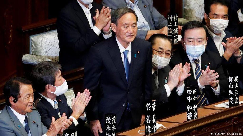 Terpilih Jadi PM Baru Jepang, Siapakah Yoshihide Suga?