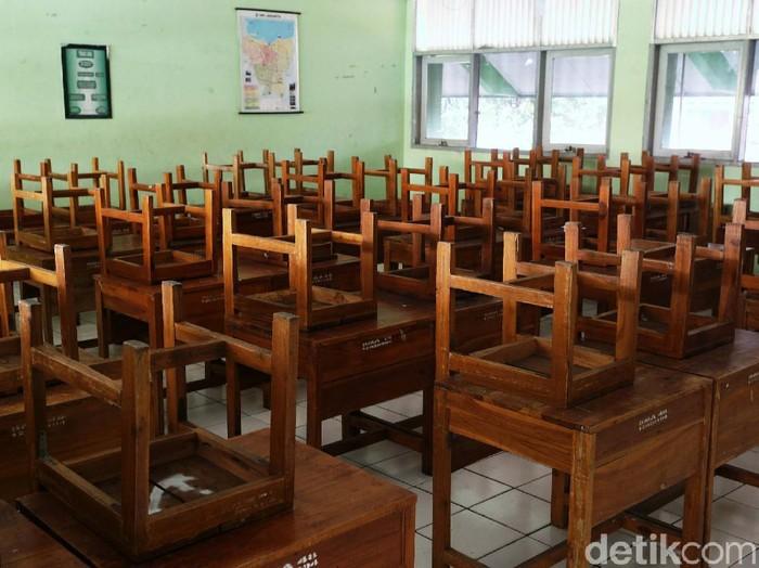 Sudah berbulan-bulan sekolah-sekolah di DKI Jakarta melakukan pembelajar jarak jauh akibat pandemi Corona. Suasana di sekolah pun sunyi saat para siswa belajar di rumah.