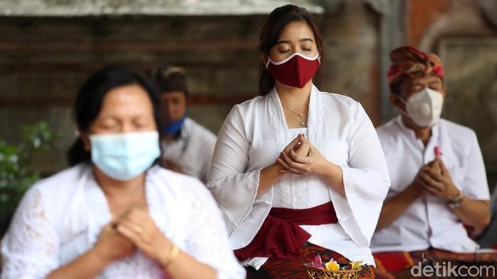 Umat Hindu merayakan Galungan dengan bersembahyang di Pura Agung Tirta Bhuana, Kota Bekasi, Jawa Barat, Rabu (16/9/2020). Perayaan dengan menerapkan protokol kesehatan COVID-19.