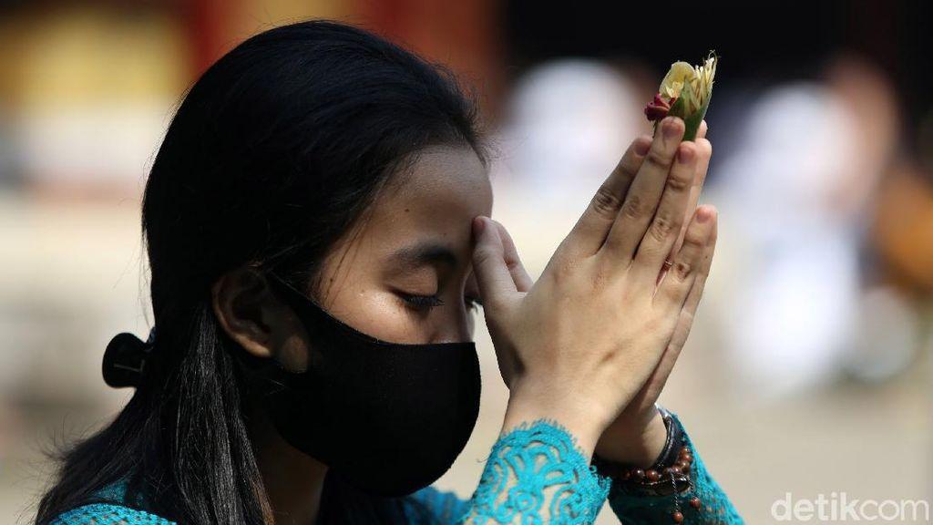 Potret Perayaan Galungan dengan Protokol Kesehatan di Bekasi