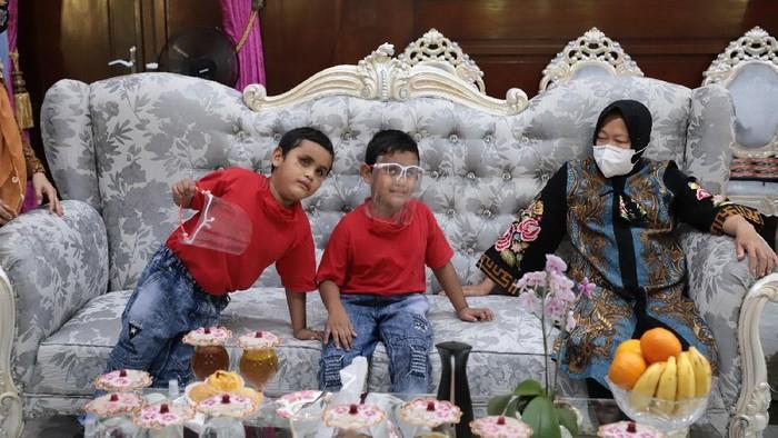 Wali Kota Surabaya Tri Rismaharini menerima kedatangan dua hafiz yang baru berusia tujuh tahun. Mereka merupakan penyandang disabilitas.
