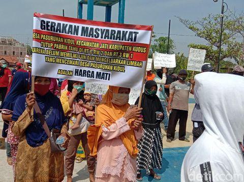 Warga geruduk Balai Desa Pasuruan Kidul Kudus tuntut pabrik tahu ditutup, Rabu (16/9/2020).