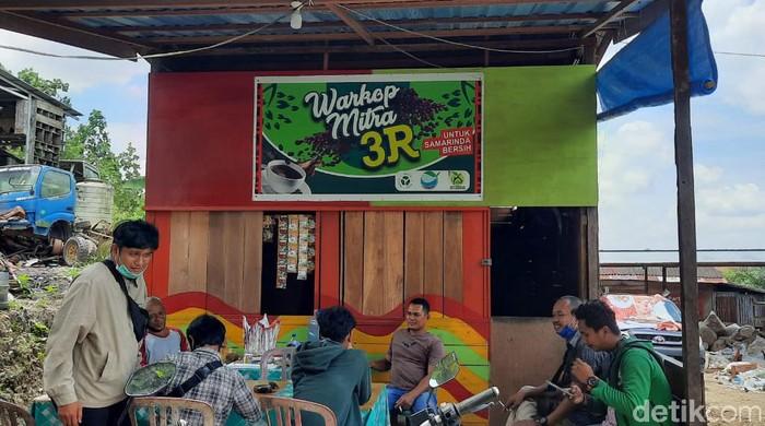 Warkop di Samarinda ini tak terima uang. Warga yang membawa sampah daur ulang bisa menikmati kopi gratis (Budi Kurniawan/detikcom)