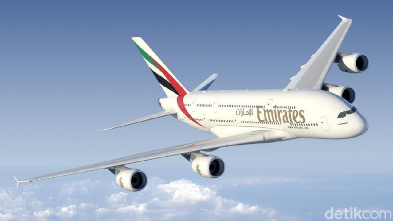 Pesawat jumbo A380 milik maskapai Emirates kembali mengudara.