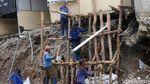 Aksi Pasukan Biru Bersihkan Sisa Longsor di Jagakarsa