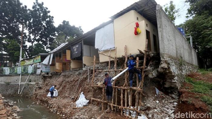 Petugas Sudin SDA Kota Jakarta Selatan dikerahkan untuk bersihkan sisa longsor di kawasan Jagakarsa. Alat berat turut dikerahkan untuk bantu pekerjaan petugas.