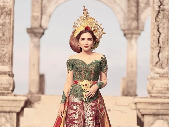 Ashanty pemotretan dengan busana khas Bali.