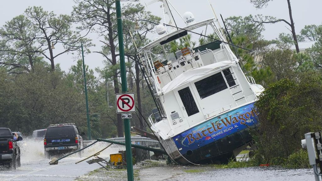 Badai Sally Terjang Alabama, Sebuah Kapal Terdampar