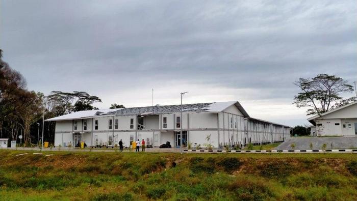 Bangunan RSKI COVID-19 Pulau Galang rusak, diterjang angin kencang. (Dok RSKI CPVID-19 Pulau Galang/Antara)