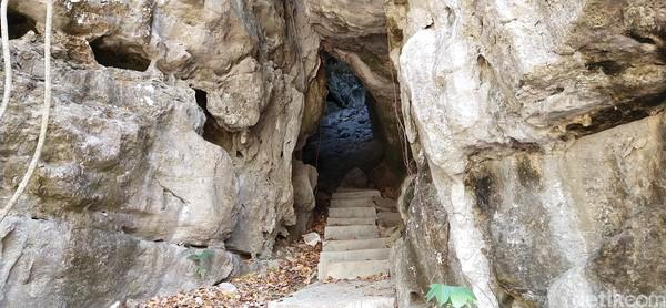 Bagian dalam gua ini dingin karena ada angin yang masuk dari sela-sela gua.