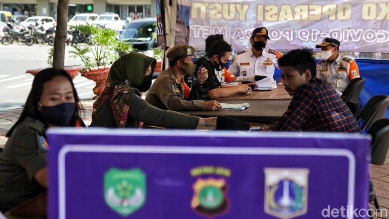 Sejumlah warga terjaring razia dalam operasi yustisi pencegahan COVID-19 di kawasan Sunter, Jakarta Utara. Mereka yang terjaring langsung disidang di tempat.