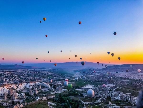 Wisata balon udara ini disebut menjadi atraksi yang paling laris di Cappadocia. (Mazaya Tashwifa Windhiana Abidin/dTraveler)