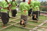 Semakin lama irama ketukan bambu akan semakin cepat.