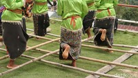 Permainan Bambu untuk Cari Jodoh