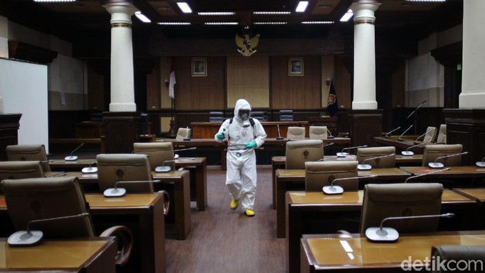 Petugas BPBD Provinsi D I Yogyakarta menyemprotkan disinfektan di komplek Gedung DPRD Provinsi Yogyakarta, Kamis (17/9/2020). Penyemprotan disinfektan dilakukan sebagai sterilisasi komplek DPRD Provinsi setelah ditemukannya 4 anggota DPRD Provinsi DIY positif COVID-19.