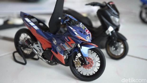 Herman pria asal Subang ubah paralon jadi miniatur motor.