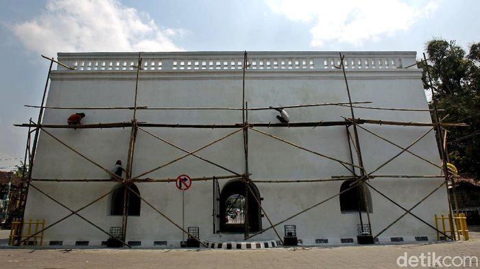 Panggung Krapyak merupakan bangunan bersejarah di Yogyakarta. Perawatan dilakukan agar bangunan itu tetap lestari sebagai peninggalan bersejarah di kawasan itu.