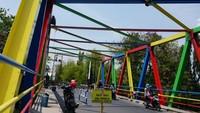 Berbagai warna nampak terlihat indah dan cantik pada jembatan yang melintas di atas Kali Loji, Pekalongan. Jembatan ini jadi satu dari tiga jembatan yang rencananya mau diberi warna yang serupa.