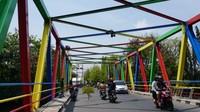 Jangan kaget bila melihat jembatan di Kota Pekalongan berwarna-warni seperti pelangi. Jembatan pelangi ini dapat dilihat langsung oleh traveler di Jalan Manggis, Kota Pekalongan.