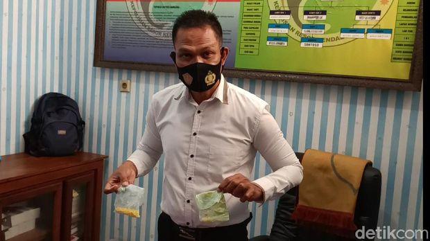 Kasat Resnarkoba Polres Kendal AKP Agus Riyanto menunjukkan barang bukti pil koplo, Kamis (17/9/2020).