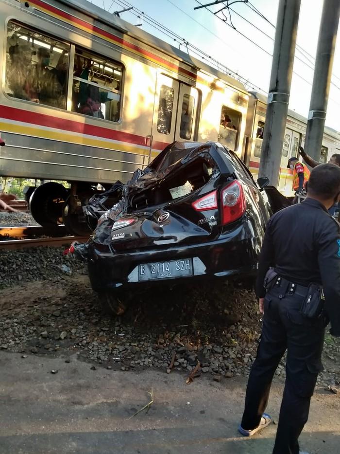 Kecelakaan mobil vs KRL  di perlintasan TPU Tanah Kusir. (Dok Polres Jaksel)