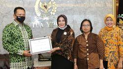 Lewat Buku Barunya, Ketua MPR Kisahkan Cara Indonesia Tangani COVID-19