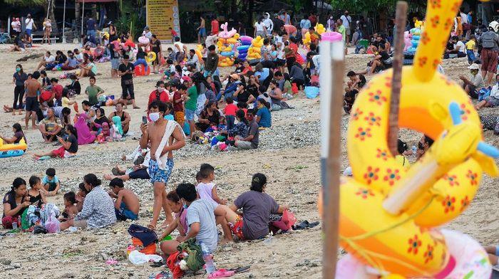 Libur Hari Raya Galungan dimanfaatkan warga Bali untuk berwisata. Pantai Sanur pun ramai dikunjungi wisatawan.