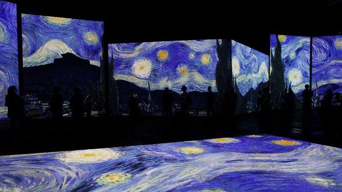 Berkolaborasi dengan teknologi, pameran karya Van Gogh disuguhkan dengan cara yang berbeda. Ya, lukisan tersebut dipamerkan dengan 30 layar IMAX. Penasaran?
