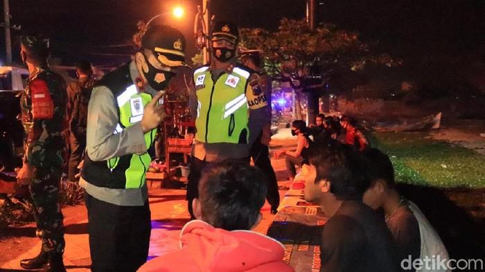 Berbekal mobil Tim COVID Hunter, TNI/Polri dan Satpol PP Tuban memburu warga yang masih tidak patuh protokol kesehatan (protkes). Terutama mereka yang tidak memakai masker.