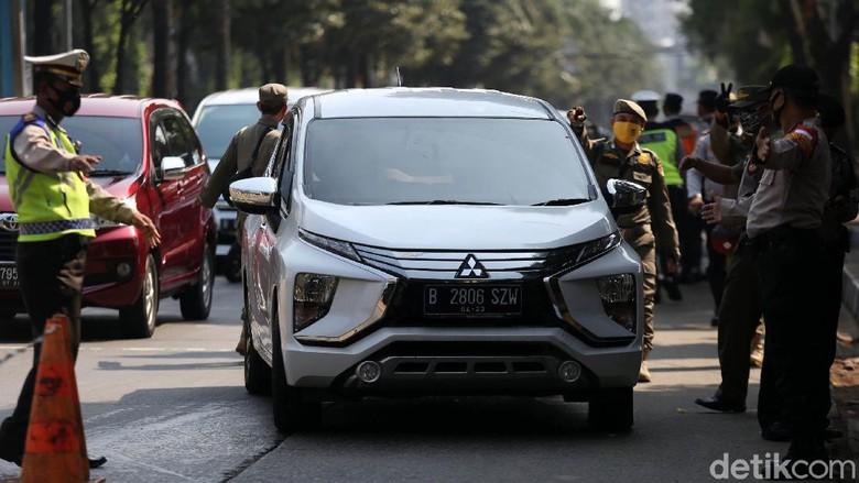 Operasi yustisi protokol COVID-19 digelar di Jatipadang, Jakarta, Kamis (17/9/2020). Sejumlah warga yang tidak memakai masker terjaring razia.