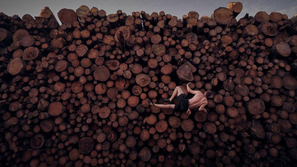 Foto Berlatih Panjat Tebing di Tumpukan Kayu