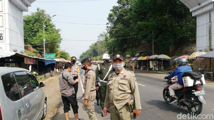 Petugas menindak pelanggar protokol kesehatan atau yang tidak menggunakan masker.