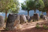 Di Laos kamu bisa menemukan sekitar 300 batu berbentuk toples dengan ragam ukuran yang dinamai Plain of Jars. (iStock)