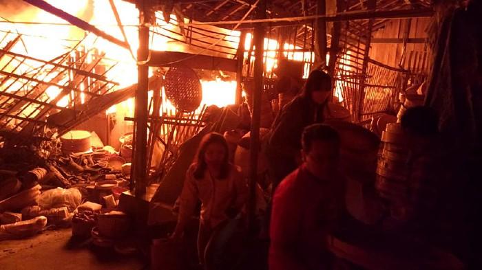 Kebakaran terjadi di kawasan Pasar Cepogo, Boyolali, Jateng. Pedagang dan warga sekitar pun berusaha menyelamatkan barang-barang dagangan mereka di pasar itu.