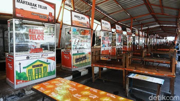 Sebagian pekerja kembali WFH saat PSBB kembali diterapkan. Hal ini membuat warung makan di kawasan Melawai, Jakarta Selatan, sepi pembeli.