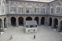 Yang menarik, kemegahan Royal Palace sangat kontras dengan rumah kayu aktivis AS tersebut.