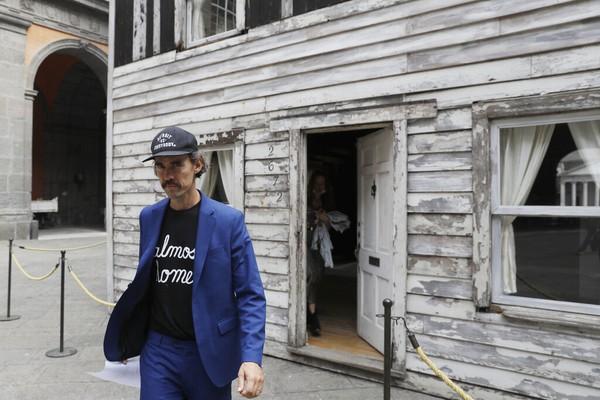 Ryan Mendoza menjadi seniman yang membangun kembali rumah tersebut karena dinilai memiliki sejarah tinggi.