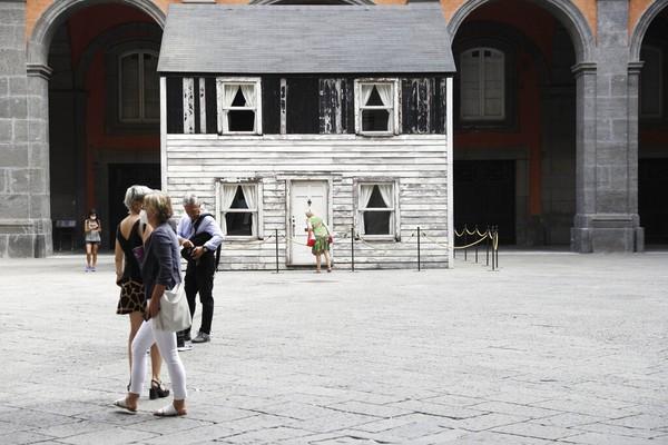 Ryan Mendoza mengatakan ia sangat senang rumah tersebut dipamerkan di halaman tengah sebuah istana kerajaan yang megah.