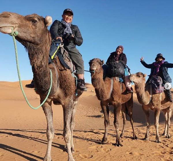 Merekapun menikmati petulangan sleama bepergian dengan van. Beragam hal berkesan yang mereka kenang, seperti parkir di hutan sendirian di Skotlandia, parkir di tebing Moher di Irlandia, mengemudi melalui pegunungan Atlas yang indah dan rute menantang Ngarai Dades di Maroko. Serta bersepeda di gurun Sahara dan diundang ke pernikahan nomad.