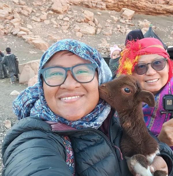 Pada November 2019, duo emak-emak ini tiba di Maroko dan berencana tinggal di sana selama tiga bulan. Namun karena pandemi, mereka terjebak di Maroko selama tujuh bulan.