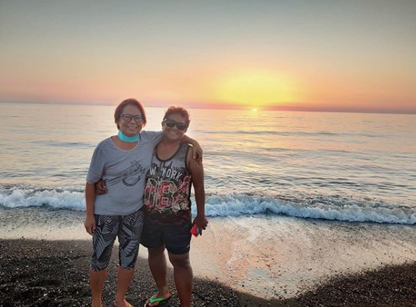 Namanya Susie Chua (56) seorang sekretaris eksekutif perusahaan dan Norah Soeb (51) seorang perengkrut sopir pribadi dari Singapura melakukan hal itu. Mereka resign dari pekerjaan dan melakukan impian mereka untuk keliling dunia.