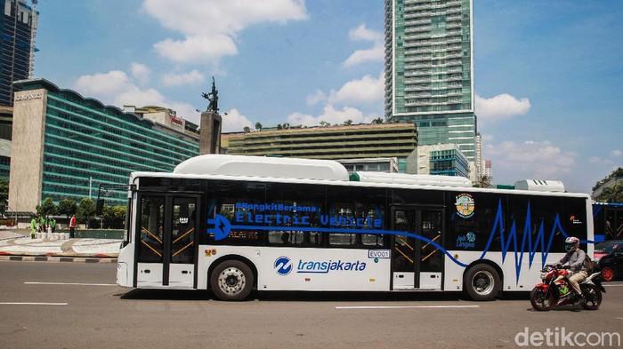 Pemandangan langit biru terlihat di kawasan Bundaran HI, Jakarta, Jumat (18/9/2020) atau 4 hari sejak PSBB ketat diberlakukan. Begini potretnya.