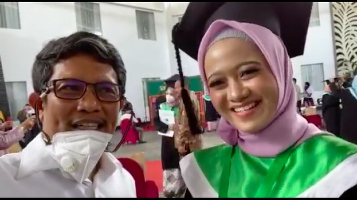 Ananda Ayu Masnathasari, mahasiswi Hindu pertama yang lulus dari Universitas Muslim Indonesia (UMI). Selama 5 tahun dia memakai jilbab di kampus (dok Istimewa)