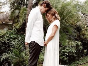 Ashley Tisdale Pamer Baby Bump Setelah 6 Tahun Menikah, Banjir Ucapan Selamat