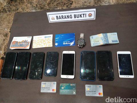 Barang bukti kasus penipuan online yang dilakukan anak di bawah umur yang ditangkap di Medan dan Aceh (Kadek Melda/detikcom)