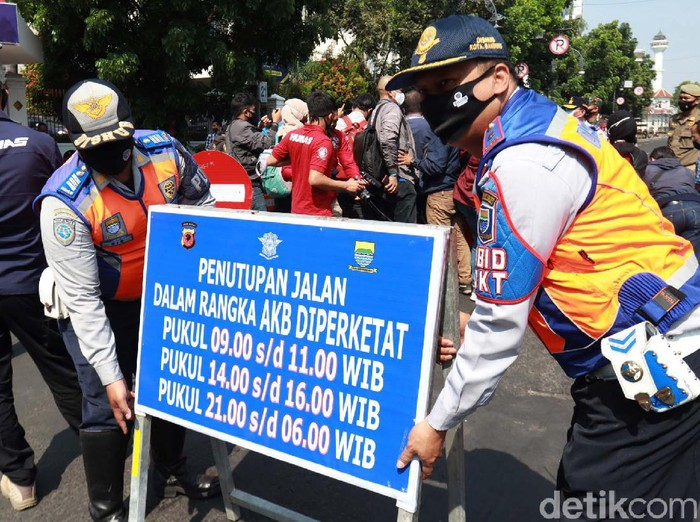 Pemkot Bandung menutup 5 jalan protokol di jam-jam tertentu guna meminimalisir kerumunan pada adaptasi kebiasaan baru. Salah satunya adalah Jalan Asia-Afrika.