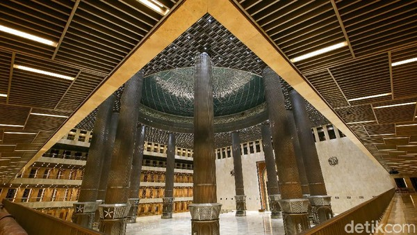 Bangunannya didominasi gaya arsitektur geometri dengan pola lingkaran dan persegi. Setelah direnovasi beberapa tahun lalu, area Masjid Istiqlal semakin indah dan ramah pengunjung. Grandyos Zafna/detikcom