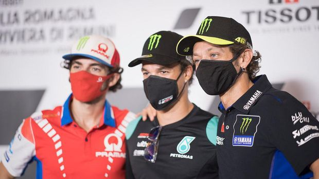 MISANO ADRIATICO, ITALY - SEPTEMBER 17: Valentino Rossi (R) of Italy and Monster Energy Yamaha MotoGP Team hugs Franco Morbidelli of Italy and Petronas Yamaha SRT (center) and Francesco Bagnaia of Italy and Pramac Racing (VR 46 Academy riders) during the press conference pre - event during the MotoGP Of San Marino - Previews at Misano World Circuit on September 17, 2020 in Misano Adriatico, Italy. (Photo by Mirco Lazzari gp/Getty Images)