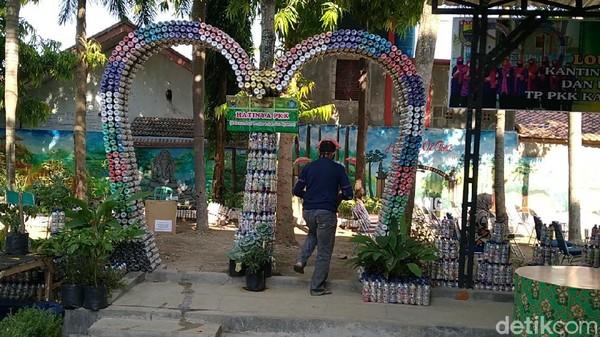 Di Kabupaten Batang, ada Taman Kantin PKK yang justru terbuat dari ribuan sampah plastik, baik botol mineral maupun bungkus plastik permen atau kopi hingga mie instan.